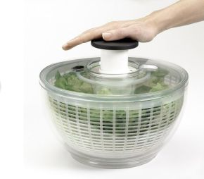 OXO Good Grips Salatslynge - pumpen betjenes nemt med en hånd