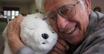 PARO og smilende ældre mand